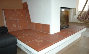 Kamin mit Liegefläche
